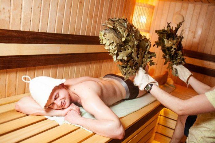 на фото мужчина парится в бане в Хмельницком спа центре Термы